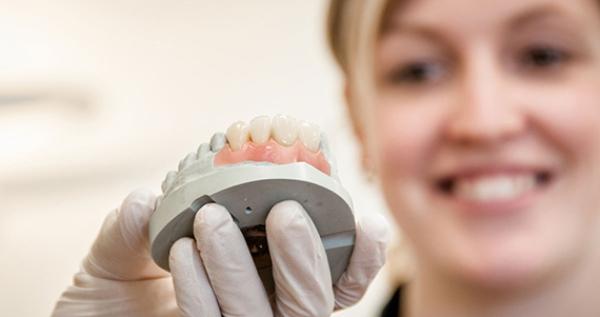 когда можно ставить зубные протезы покрывные