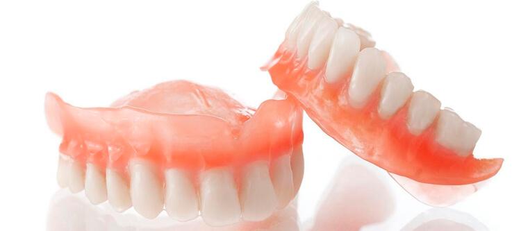 как быстро и безболезненно привыкнуть к съемным зубным протезам