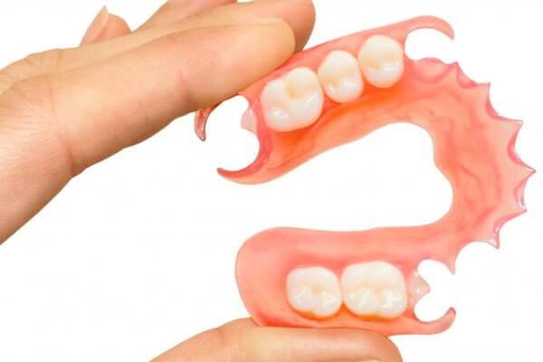как правильно привыкать к съемным зубным протезам