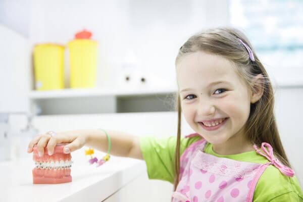 на молочных зубах тоже бывает слабая эмаль