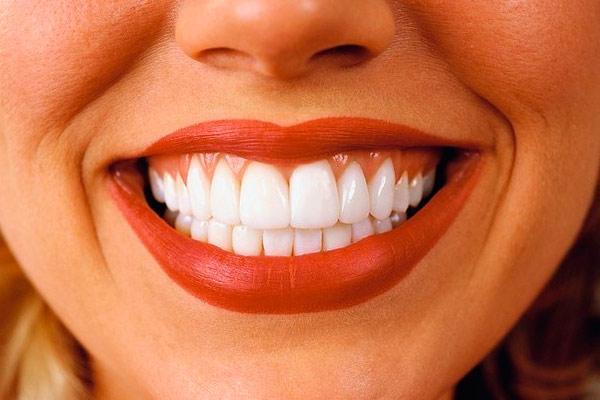 зубы покрывают фторсодержащими лаками