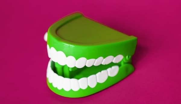 Плюсы и минусы недорогих зубных протезов