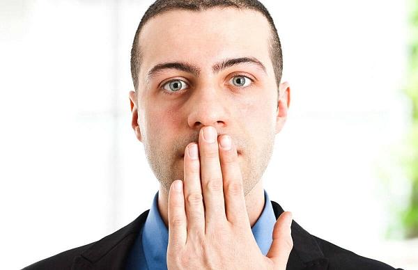 Почему появляется запах из под коронки